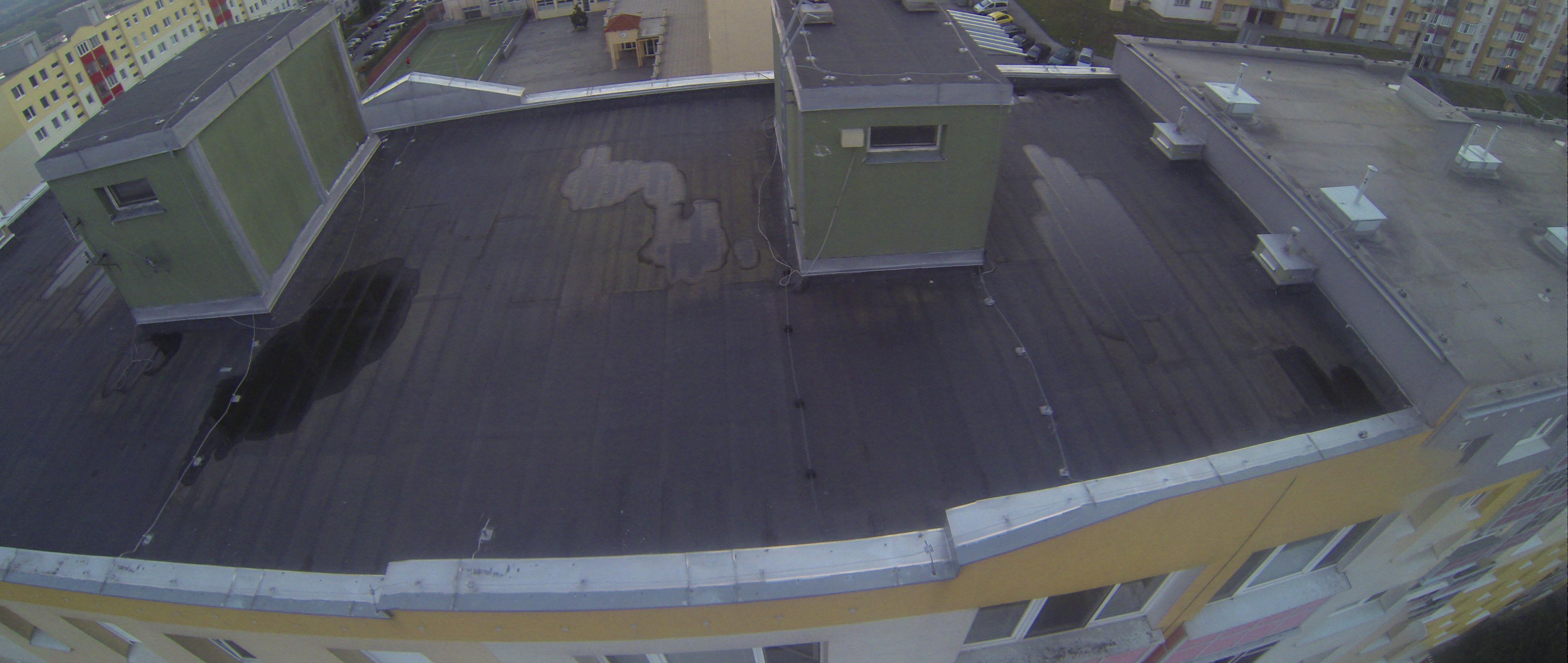 Príklad nafotenia stavu strechy bytovky. Fotku si môžete priblížiť a posúvať a sledovať tak detaily.